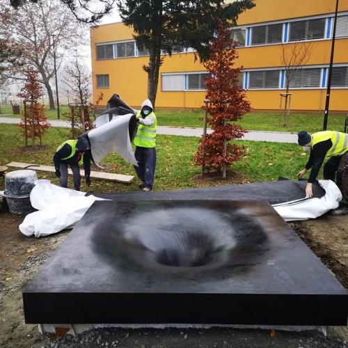 Památník obětem střelby u Fakultní nemocnice je již na místě
