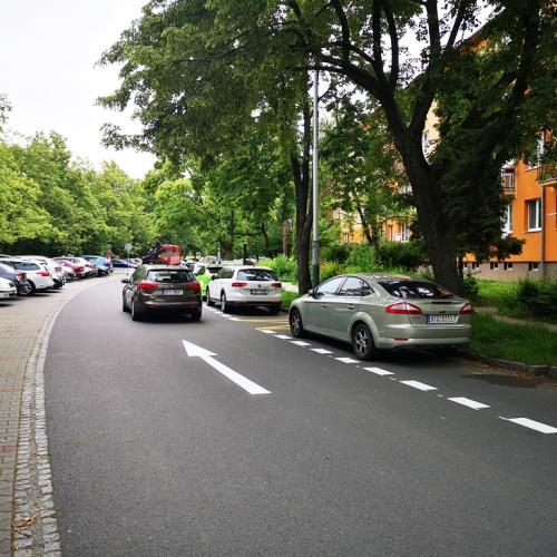 Ulice Gen. Sochora je jednosměrná. Lidé získali nová parkovací místa